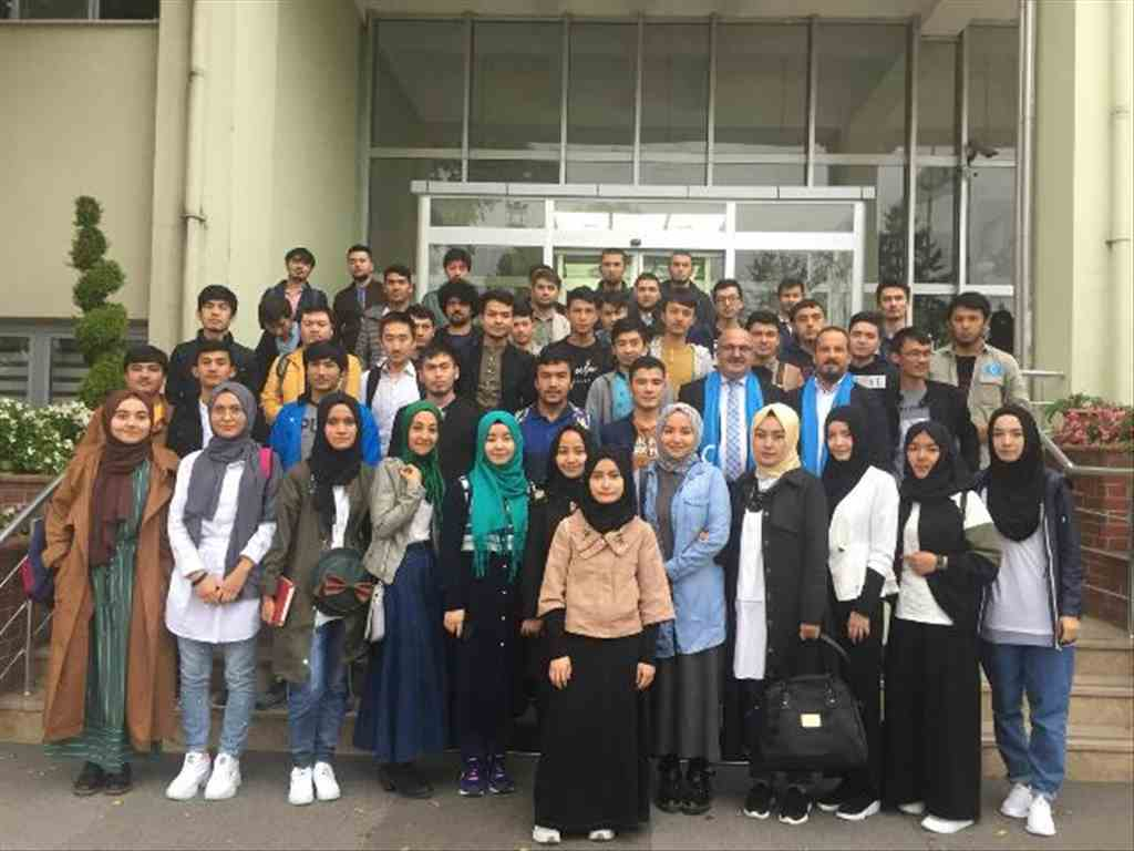 Uygur Türkü öğrencilerden Rektörlüğe teşekkür ziyareti